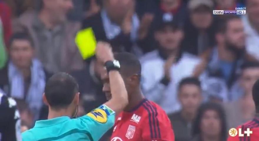 Παίκτης της Λιόν δέχθηκε μία από τις πιο ανόητες κίτρινες κάρτες στην ιστορία! (video)