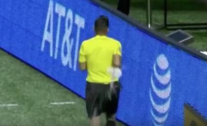 Διαιτητής πήγε να τσεκάρει το VAR και του πέταξαν μπουκάλι (video)