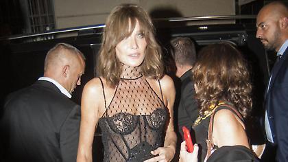 To αποκαλυπτικό φόρεμα της Κάρλα Μπρούνι που την έφερε σε αμηχανία (pics)