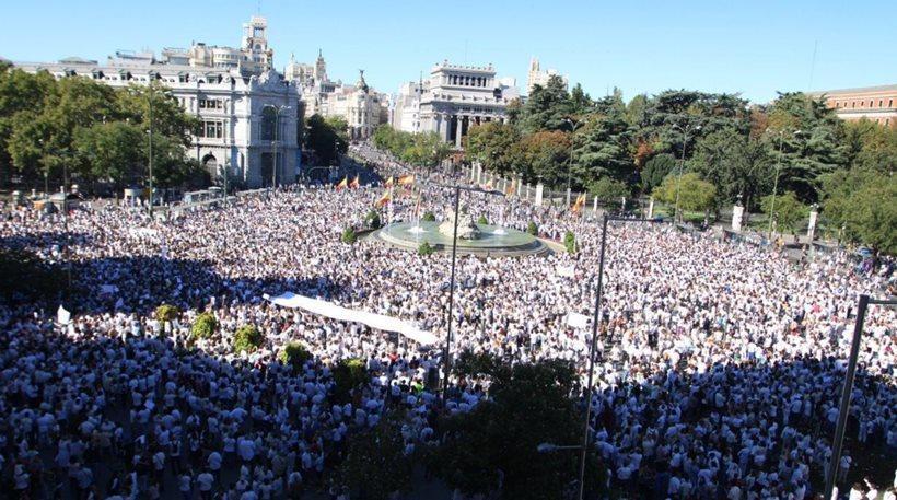 Στους δρόμους και πάλι οι Ισπανοί, καθώς η ένταση με την Καταλονία κλιμακώνεται