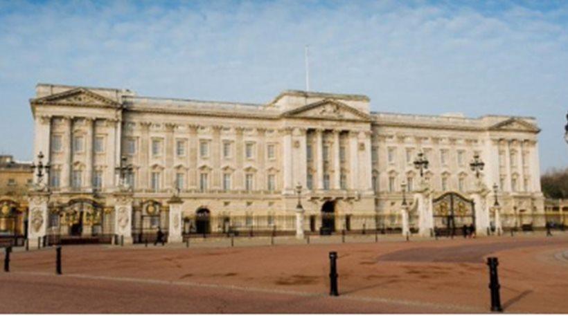 Λονδίνο: 30χρονη «σκαρφάλωσε» στην πύλη από τα Ανάκτορα του Μπάκιγχαμ