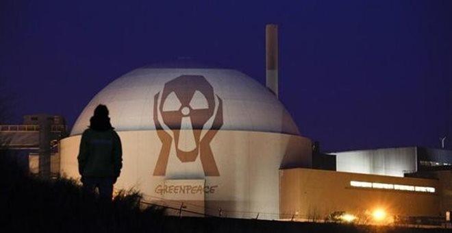Γαλλία: Ακτιβιστές της Greenpeace έριξαν πυροτεχνήματα σε πυρηνικό σταθμό
