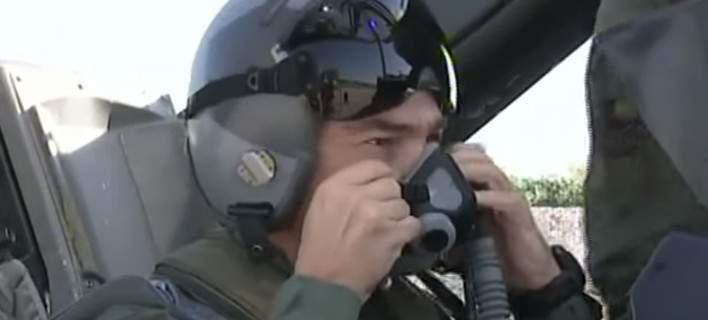 Δείτε τον Τσίπρα με στολή πιλότου να πετά με F-16 (βίντεο)