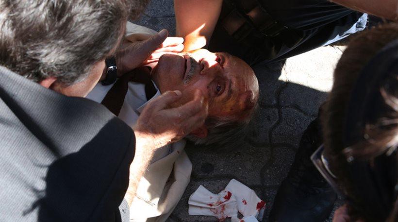 Απίστευτες εικόνες στην Ευελπίδων: Άνδρας των ΜΑΤ «γκρέμισε» ηλικιωμένο από σκάλα