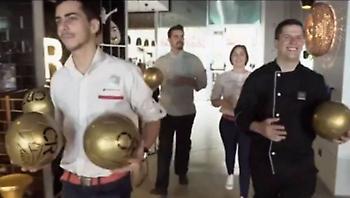 Ο ξενοδόχος Κριστιάνο χάρισε χρυσές μπάλες στους πελάτες του (video)