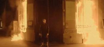 Ρώσος καλλιτέχνης έβαλε φωτιά στην κεντρική τράπεζα της Γαλλίας -Τον συνέλαβαν (video)