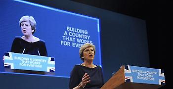 Η Μέι θέλει να καθησυχάσει τους (υπόλοιπους) Ευρωπαίους της Βρετανίας