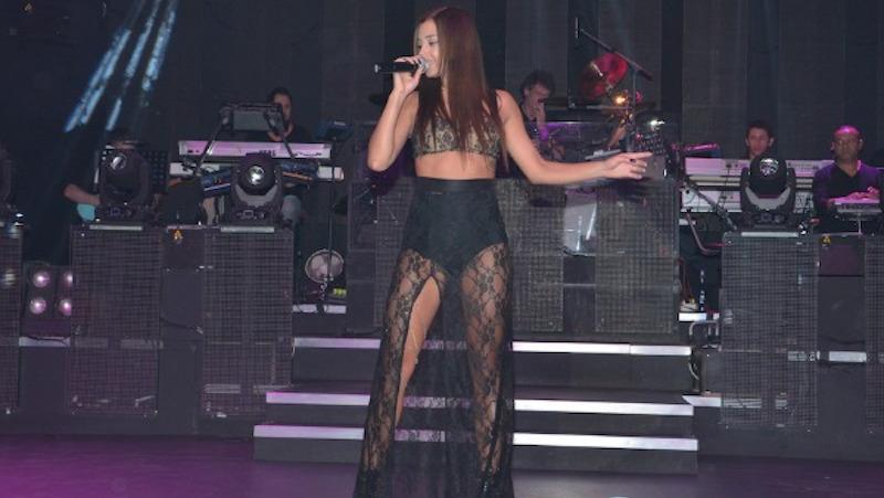 Αυτή είναι η «καυτή» τραγουδίστρια του Voice που άφησε... τάβλα τον Μουζουράκη (pics)