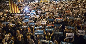 Σε αφαίρεση του αυτοδιοίκητου της Καταλονίας προχωρά η Ισπανία