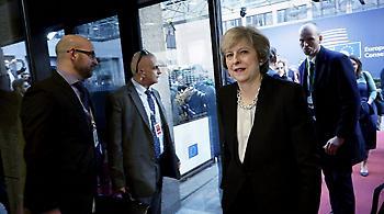 Τερέζα Μέι: «Ευχαριστώ» τους 70.000 Έλληνες που ζουν στη Βρετανία και... μη φύγετε
