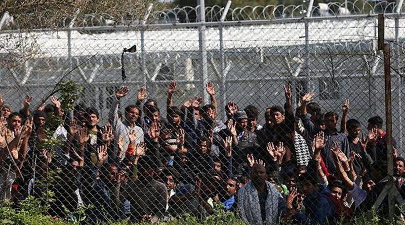 Ασφυκτική η κατάσταση στη Μόρια: Καθιστική διαμαρτυρία μεταναστών μπροστά σε κλούβες των ΜΑΤ