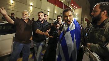 Νέα «φουρνιά» διαδηλωτών έξω από την «Ώρα του Διαβόλου» - Μήνυση κατέθεσαν βουλευτές της ΧΑ