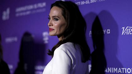 Η σοφιστικέ - σικ εμφάνιση της αιθέριας Αντζελίνας Τζολί με νέο look