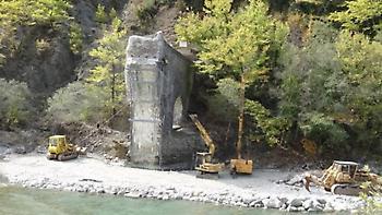 Εργασίες για τη θωράκιση του γεφυριού της Πλάκας