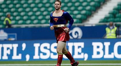 ΕΠΟΣ: Αθλητής του NFL έχασε στοίχημα κι έκανε ζέσταμα με στολή Super Girl (pics)
