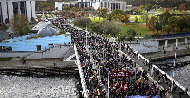 Χιλιάδες διαδηλωτές βάδισαν κατά του AfD λίγο πριν ορκιστεί η νέα Βουλή