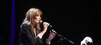Γοήτευσε η Κάρλα Μπρούνι -Η εντυπωσιακή εμφάνισή της στο Παλλάς