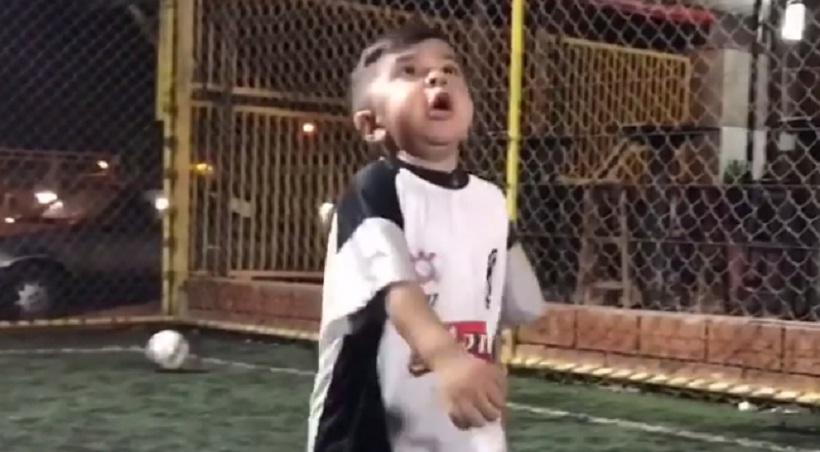 Ο πιτσιρίκος που «μιλά» στην μπάλα (video)