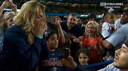 Πρόταση γάμου σε ζωντανή σύνδεση από αθλητή του μπέιζμπολ (video)
