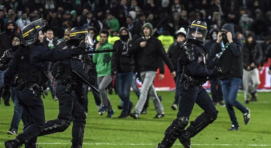 «Ντου» των οπαδών της Σεντ Ετιέν μετά το πέμπτο γκολ της Λιόν και διακοπή στο ντέρμπι! (video)