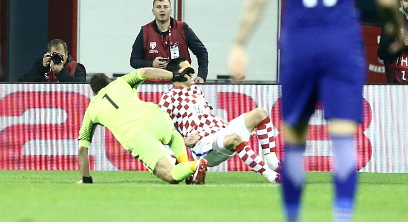 Η απίθανη γκάφα του Καρνέζη που έφερε το πέναλτι για το 1-0 της Κροατίας (video)