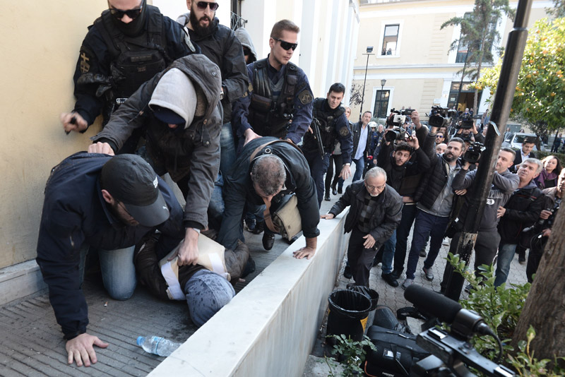 Ξανά ένταση στην Ευελπίδων με τον δολοφόνο της Δώρας-Του επιτέθηκαν και του πέταξαν μπουκάλια