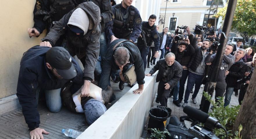 ΜΑΤ στην Ευελπίδων για τον δολοφόνο της Δώρας - Το πλήθος απειλεί να τον λιντσάρει