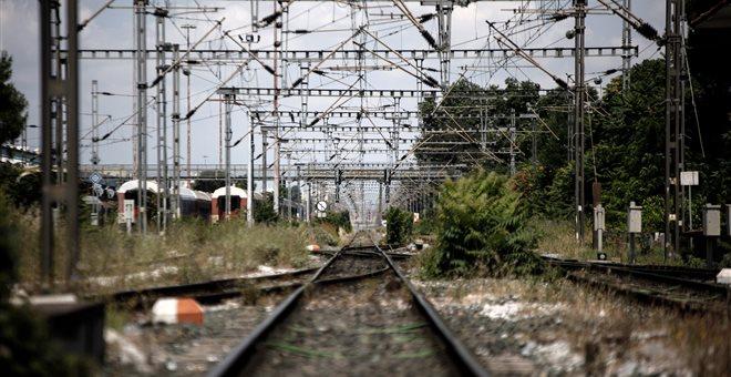 Σε κατάληψη των σιδηροδρομικών γραμμών προχώρησαν κάτοικοι της Λάρισας