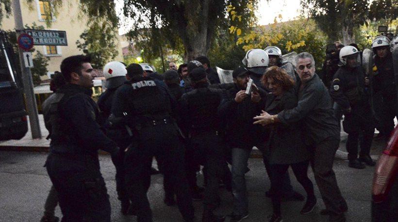 Ξέσπασε η μητέρα της Δώρας: Της έριξε 14 μαχαιριές και οι αστυνομικοί τον κρατούσαν!