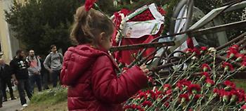 Υπό βροχή η κατάθεση στεφάνων στο Πολυτεχνείο -Με κόκκινα γαρίφαλα, παιδιά, γονείς και ηλικιωμένοι