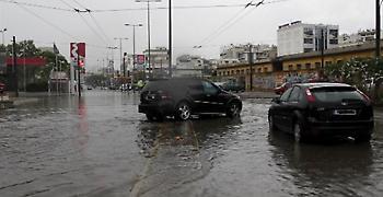 «Κομμένη» και στα 2 ρεύματα η Πειραιώς λόγω συσσώρευσης των υδάτων
