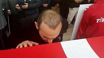 Συγκινητικό: Ο Λεωνίδης φίλησε το φέρετρο του Σουλεϊμάνογλου (video)