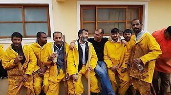 Πακιστανοί μετανάστες βοηθούν τους κατοίκους της Μάνδρας να καθαρίσουν τα λασπόνερα