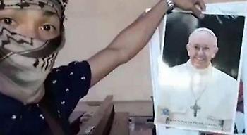 Το ISIS κυκλοφόρησε αφίσα με «αποκεφαλισμένο» τον Πάπα Φραγκίσκο (pic)