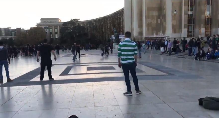 Επικό: Οπαδοί της Παρί και της Σέλτικ έπαιξαν μπάλα κάτω από τον Πύργο του Άιφελ (video)