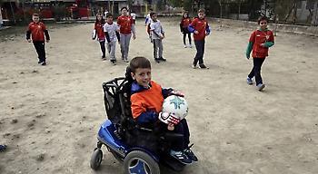 Ένας πιτσιρικάς παίζει ποδόσφαιρο και συγκλονίζει: «Όταν παίζω, ξεχνάω ότι δεν μπορώ να περπατήσω»