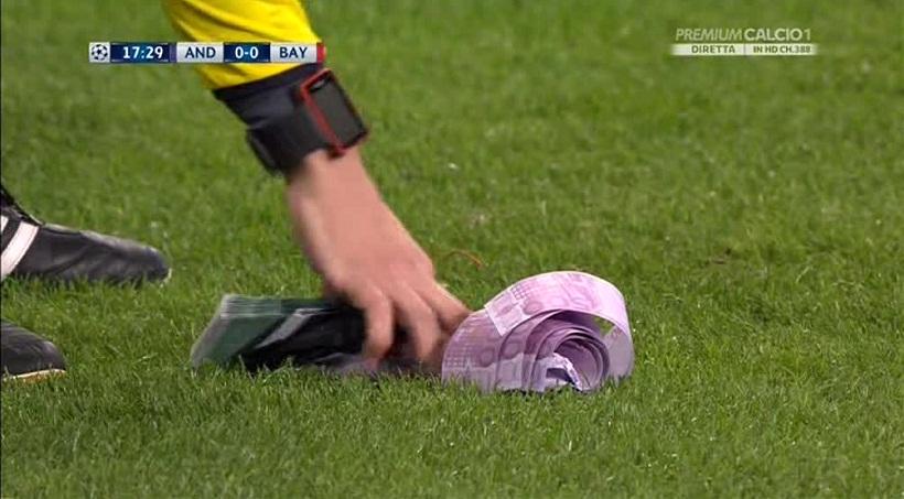 Οπαδοί της Μπάγερν πέταξαν πλαστά χαρτονομίσματα σε ένδειξη διαμαρτυρίας (video)