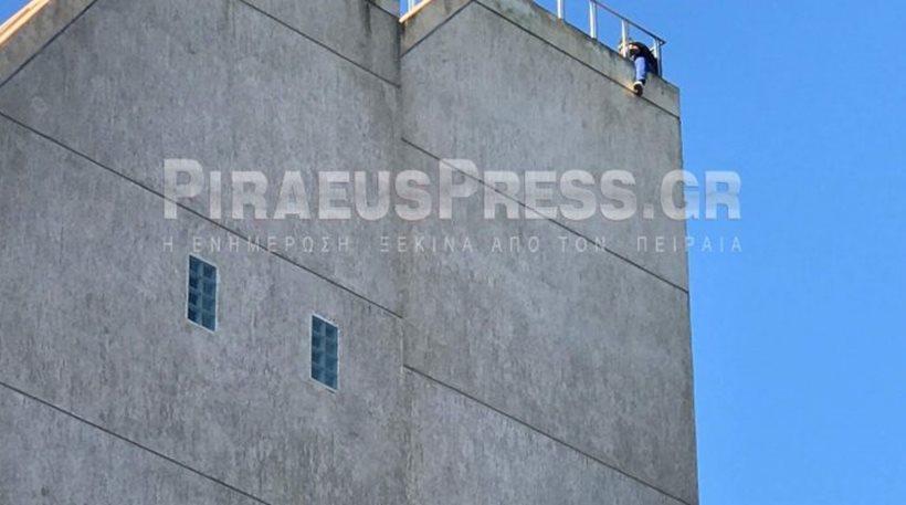 Αλλοδαπός απειλεί να αυτοκτονήσει από κτίριο στον Πειραιά