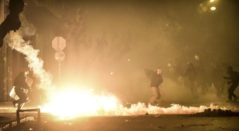 Άνδρες των ΜΑΤ... φωτογραφίζονται με φόντο τις φωτιές από επεισόδια στα Εξάρχεια