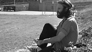 Συλλεκτική photo: Ο Τζιμ Μόρισον ετοιμάζεται να παίξει ποδόσφαιρο