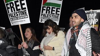 Η Μπέλα Χαντίντ διαδηλώνει υπέρ της Παλαιστίνης