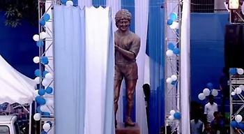 Έμεινε… άγαλμα με το άγαλμά του ο Μαραντόνα!