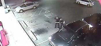 Εξαλλος οδηγός επιτέθηκε σε γυναίκα -Την έριξε κάτω, της έσπασε το κινητό  (video)