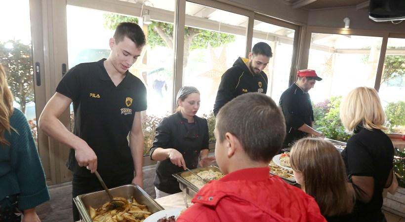 Τσαρτσαρής, Καμπερίδης, Αγραβάνης και άλλοι αθλητές… σέρβιραν το Γεύμα Αγάπης (pics)