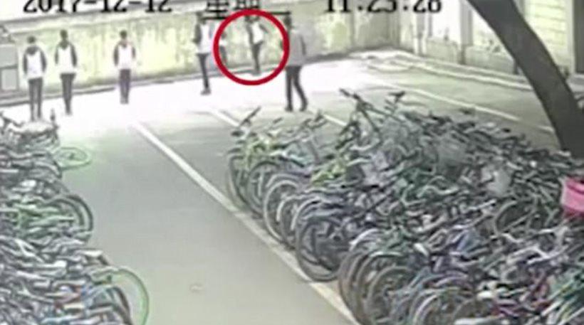 Σοκαριστικό βίντεο: 13χρονος σκοτώθηκε όταν συμμαθητής του κάρφωσε λεπίδα στη γυμναστική