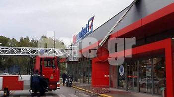 Πάτρα: «Ιπτάμενο» στέγαστρο του ΟΣΕ προσγειώθηκε σε σούπερ μάρκετ - Κινδύνευσαν πολίτες