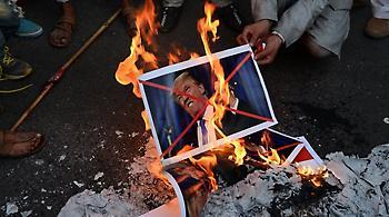 Παλαιστίνιοι έκαψαν πλακάτ με φωτογραφίες του Τραμπ και του Πενς