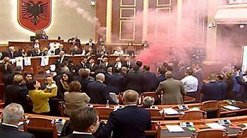 «Αρένα» η αλβανική βουλή: Ήρθαν στα χέρια οι βουλευτές, έπεσαν καπνογόνα
