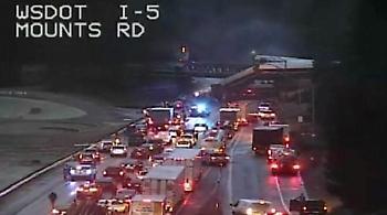 ΗΠΑ: Τρένο εκτροχιάστηκε πάνω από αυτοκινητόδρομο στην Ουάσινγκτον