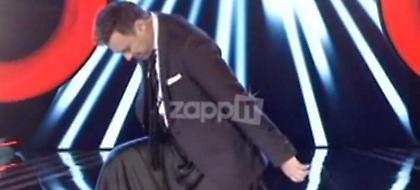 The Voice: Επικός Καπουτζίδης τρόλαρε τους κριτές, φόρεσε φούστα και τραγούδησε Σάκη (video)